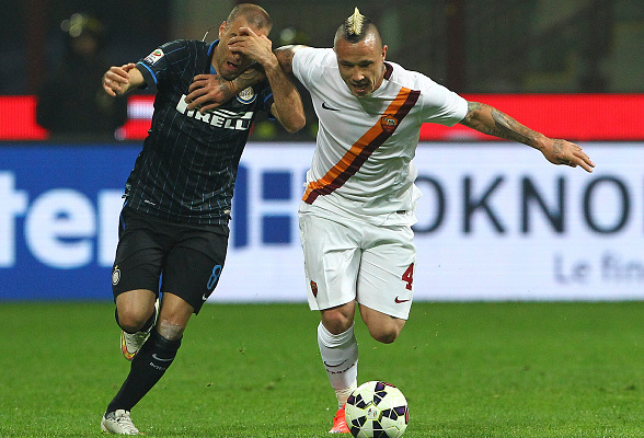 MILAN, ITALY - APRIL 25:  Radja Nainggolan (R) of AS Roma competes for the ball with Rodrigo Palacio (L) of FC Internazionale Milano during the Serie A match between FC Internazionale Milano and AS Roma at Stadio Giuseppe Meazza on April 25, 2015 in Milan, Italy.  (Photo by Marco Luzzani/Getty Images)