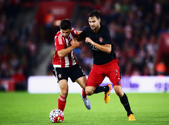 SOUTHAMPTON, ENGLAND - AUGUST 20:  Tim Sparv of Midtjylland challenges for the ball with Shane Long of Southampton during the UEFA Europa League Play Off Round 1st Leg match between Southampton and Midtjylland at St Mary's Stadium on August 20, 2015 in Southampton, England.  (Photo by Jordan Mansfield/Getty Images)