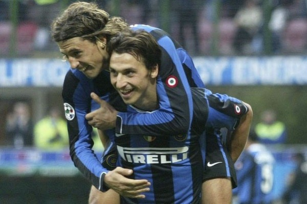 MILAN, ITALY - NOVEMBER 5: Hernan Crespo and Zlatan Ibrahimovic of Inter Milan celebrate during the Serie A match between Inter Milan and Ascoli at San Siro stadium on November 5, 2006 in Milan, Italy. (Photo by Newpress/Getty Images)