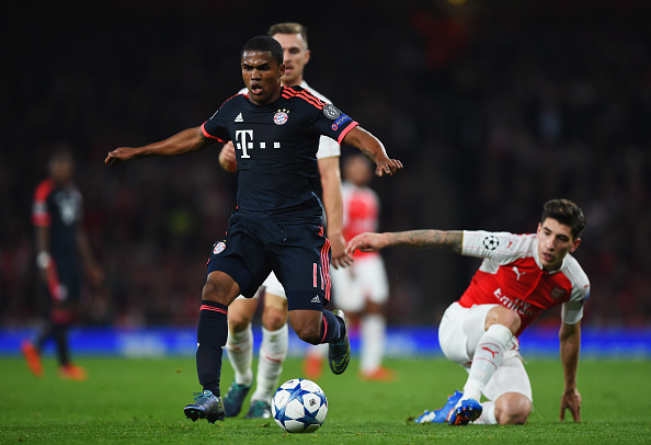 LONDON, ENGLAND - OCTOBER 20:  Douglas Costa of Bayern Munich evades Hector Bellerin of Arsenal (R) during the UEFA Champions League Group F match between Arsenal FC and FC Bayern Munchen at Emirates Stadium on October 20, 2015 in London, United Kingdom.  (Photo by Shaun Botterill/Bongarts/Getty Images)