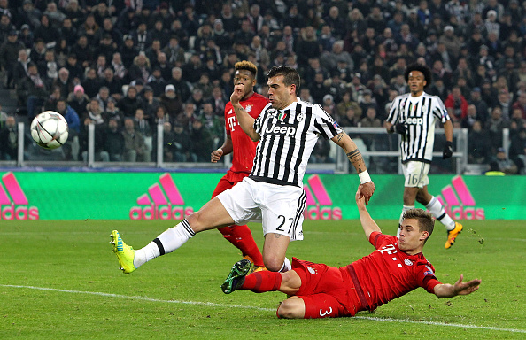 TURIN, ITALY - FEBRUARY 23:  Stefano Sturaro (C) of Juventus FC scores his goal during the UEFA Champions League Round of 16 first leg match between Juventus and FC Bayern Muenchen at Juventus Arena on February 23, 2016 in Turin, Italy.  (Photo by Marco Luzzani/Getty Images)