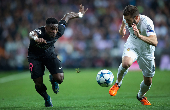 MADRID, SPAIN - NOVEMBER 03:  Serge Aurier of PSG and Nacho Fernandez of Real Madrid chase the ball during the UEFA Champions League Group A match between Real Madrid CF and Paris Saint-Germain at Estadio Santiago Bernabeu on November 3, 2015 in Madrid, Spain.  (Photo by Gonzalo Arroyo Moreno/Getty Images)