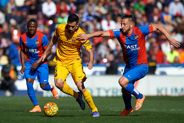VALENCIA, SPAIN - FEBRUARY 07:  Sergio Busquets (L) of Barcelona is tackled by Ghilas of Levante during the La Liga match between Levante UD and FC Barcelona at Ciutat de Valencia on February 07, 2016 in Valencia, Spain.  (Photo by Manuel Queimadelos Alonso/Getty Images)