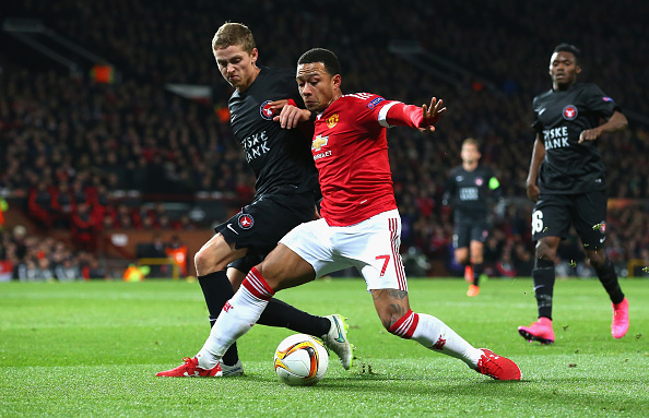 MANCHESTER, ENGLAND - FEBRUARY 25:  Memphis Depay of Manchester United controls the ball under pressure of Andre Romer of FC Midtjylland during the UEFA Europa League Round of 32 second leg match between Manchester United and FC Midtjylland at Old Trafford on February 25, 2016 in Manchester, United Kingdom.  (Photo by Alex Livesey/Getty Images)