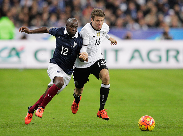 PARIS, FRANCE - NOVEMBER 13:  Thomas Mueller of Germany is challenged by Lassana Diarra of France during the International Friendly match between France and Germany at the Stade de France on November 13, 2015 in Paris, France.  (Photo by Adam Pretty/Bongarts/Getty Images)
