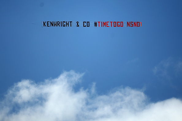 SOUTHAMPTON, ENGLAND - AUGUST 15:  Everton fans fly a plane with a banner calling for Chairman Bill Kenwright to leave prior to the Barclays Premier League match between Southampton and Everton at St Mary's Stadium on August 15, 2015 in Southampton, United Kingdom.  (Photo by Jordan Mansfield/Getty Images)