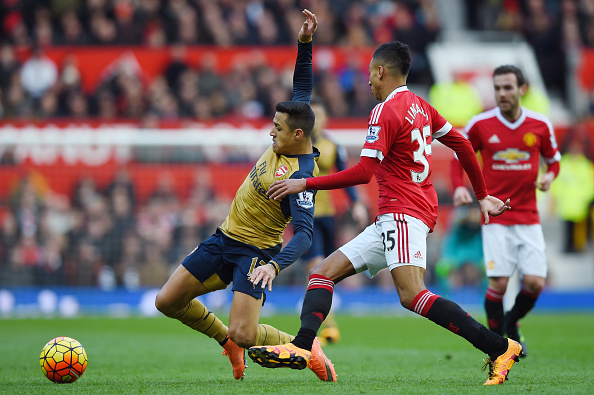 MANCHESTER, ENGLAND - FEBRUARY 28:  Alexis Sanchez of Arsenal is challenged by Jesse Lingard of Manchester United during the Barclays Premier League match between Manchester United and Arsenal at Old Trafford on February 28, 2016 in Manchester, England.  (Photo by Shaun Botterill/Getty Images)