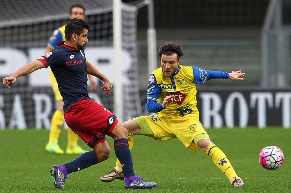 VERONA, ITALY - FEBRUARY 28:  Tomas Rincon of Genoa CFC competes for the ball with Perparim Hetemaj of AC Chievo Verona during the Serie A match between AC Chievo Verona and Genoa CFC at Stadio Marc'Antonio Bentegodi on February 28, 2016 in Verona, Italy.  (Photo by Marco Luzzani/Getty Images)