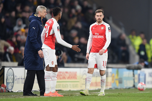 HULL, ENGLAND - MARCH 08:  Aaron Ramsey of Arsenal leaves the field as Arsene Wenger, Manager of Arsenal looks on during the Emirates FA Cup Fifth Round Replay match between Hull City and Arsenal at KC Stadium on March 8, 2016 in Hull, England.  (Photo by Michael Regan/Getty Images)