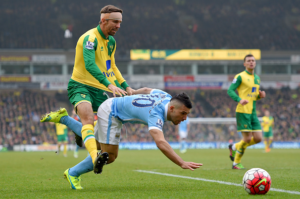 NORWICH, ENGLAND - MARCH 12: Sergio Aguero of Manchester City is challenged by Gary O'Neil of Norwich City during the Barclays Premier League match between Norwich City and Manchester City at Carrow Road on March 12, 2016 in Norwich, England.  (Photo by Michael Regan/Getty Images)