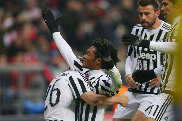 MUNICH, GERMANY - MARCH 16:  Juan Cuadrado (C) of Juventus celebrates scoring his team's second goal with his team mate Stephan Lichsteiner (L) during the UEFA Champions League round of 16, second Leg match between FC Bayern Muenchen and Juventus at the Allianz Arena on March 16, 2016 in Munich, Germany.  (Photo by Alexander Hassenstein/Bongarts/Getty Images)