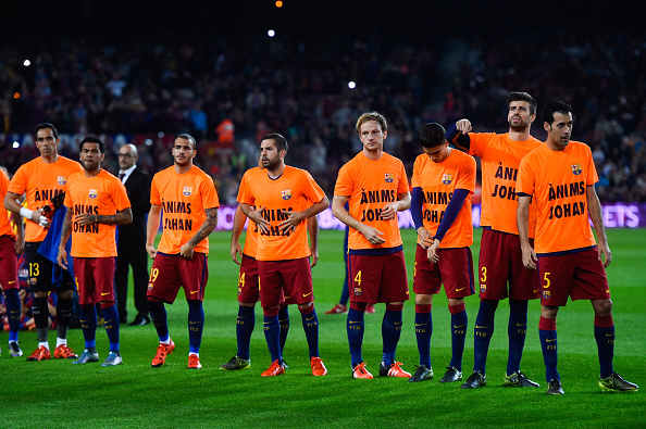 BARCELONA, SPAIN - OCTOBER 25:  FC Barcelona players wear T-shirts reading 'Anims Johan' (Cheer up Johan) giving encouragment to former FC Barcelona head coach Johan Cruyff during the La Liga match between FC Barcelona and SD Eibar at Camp Nou on October 25, 2015 in Barcelona, Spain.  (Photo by David Ramos/Getty Images)