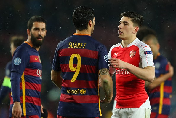 BARCELONA, SPAIN - MARCH 16: Luis Suarez (C) of Barcelona and Hector Bellerin (R) of Arsenal shake hands after the UEFA Champions League round of 16, second Leg match between FC Barcelona and Arsenal FC at Camp Nou on March 16, 2016 in Barcelona, Spain.  (Photo by Richard Heathcote/Getty Images)