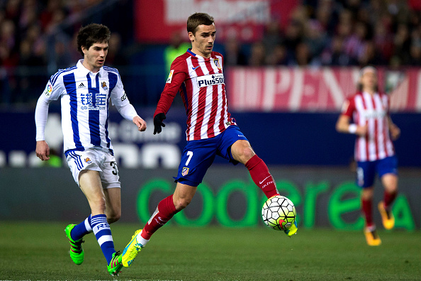 MADRID, SPAIN - MARCH 01: Antoine Griezmann (R) of Atletico de Madrid strikes the ball ahead Gorka Elustondo during the La Liga match between Club Atletico de Madrid and Real Sociedad de Futbol at Vicente Calderon Stadium on March 1, 2016 in Madrid, Spain.  (Photo by Gonzalo Arroyo Moreno/Getty Images)