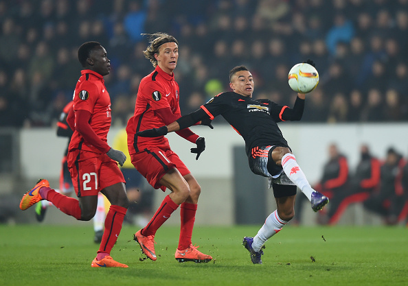 HERNING, DENMARK - FEBRUARY 18: Jesse Lingard (R) of Manchester United controls the ball under pressure of Pione Sisto (L) and Kristoffer Olsson (C) of FC Midtjylland  during the UEFA Europa League round of 32 first leg match between FC Midtjylland and Manchester United at Herning MCH Multi Arena on February 18, 2016 in Herning, Denmark.  (Photo by Michael Regan/Getty Images)