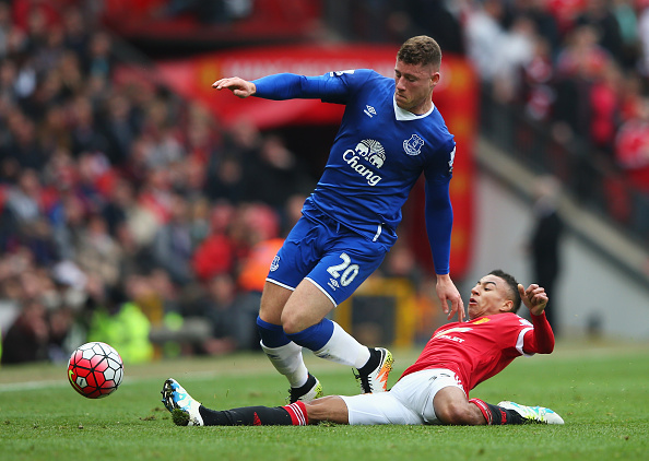 MANCHESTER, ENGLAND - APRIL 03:  Ross Barkley of Everton is tackled by Jesse Lingard of Manchester United during the Barclays Premier League match between Manchester United and Everton at Old Trafford on April 3, 2016 in Manchester, England.  (Photo by Alex Livesey/Getty Images)