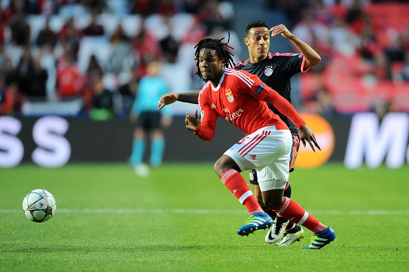 LISBON, PORTUGAL - APRIL 13: Renato Sanches of SL Benfica challenges Thiago Alcantara of FC Bayern Muenchen during the UEFA Champions league Quarter Final Second Leg match between SL Benfica and FC Bayern Muenchen at Estadio da Luz on April 13, 2016 in Lisbon, Portugal. (Photo by Octavio Passos/Getty Images)