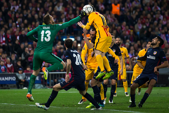 MADRID, SPAIN - APRIL 13: Goalkeeper Jan Oblak (L) stops the ball headed by Lionel Messi (R) of FC Barcelona during the UEFA Champions League quarter final, second leg match between Club Atletico de Madrid and FC Barcelona at the Vincente Calderon on April 13, 2016 in Madrid, Spain.  (Photo by Gonzalo Arroyo Moreno/Getty Images)