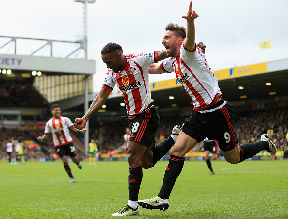 NORWICH, ENGLAND - APRIL 16:  Jermain Defoe (L) of Sunderland celebrates scoring his team's second goal with Fabio Borini during the Barclays Premier League match between Norwich City and Sunderland at Carrow Road on April 16, 2016 in Norwich, England.  (Photo by Stephen Pond/Getty Images)