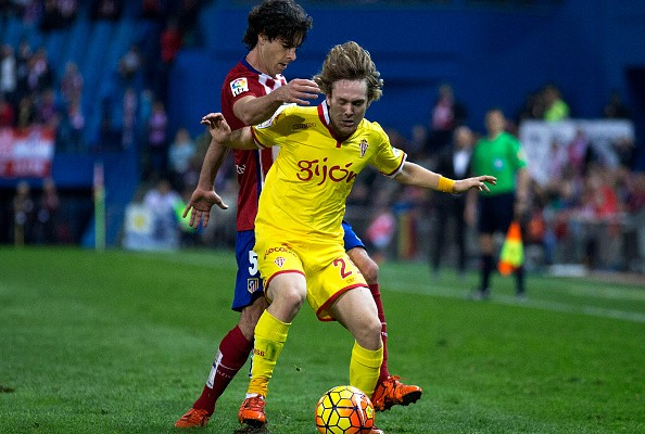 MADRID, SPAIN - NOVEMBER 08: Alen Halilovic (R) of Real Sporting de Gijon competes for the ball with Tiago Mendes (L) of Atletico de Madrid during the La Liga mathc bewteen Club Atletico de Madrid and Real Sporting de Gijon at Vicente Calderon Stadium on November 8, 2015 in Madrid, Spain.  (Photo by Gonzalo Arroyo Moreno/Getty Images)