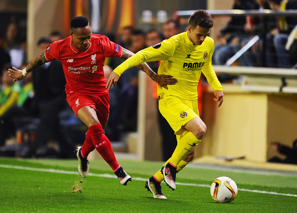 VILLARREAL, SPAIN - APRIL 28:  Denis Suarez of Villarreal holds off Nathaniel Clyne of Liverpool during the UEFA Europa League semi final first leg match between Villarreal CF and Liverpool at Estadio El Madrigal on April 28, 2016 in Villarreal, Spain.  (Photo by David Ramos/Getty Images)