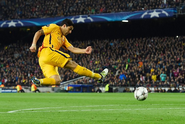 BARCELONA, SPAIN - APRIL 05:  Luis Suarez of Barcelona shoots during the UEFA Champions League quarter final first leg match between FC Barcelona and Club Atletico de Madrid at Camp Nou on April 5, 2016 in Barcelona, Spain.  (Photo by David Ramos/Getty Images)
