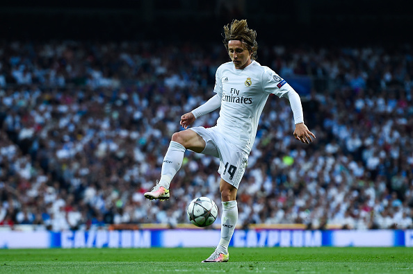 MADRID, SPAIN - MAY 04:  Luka Modric of Real Madrid CF controls the ball during the UEFA Champions League Semi Final second leg match between Real Madrid and Manchester City FC at Estadio Santiago Bernabeu on May 4, 2016 in Madrid, Spain.  (Photo by David Ramos/Getty Images)