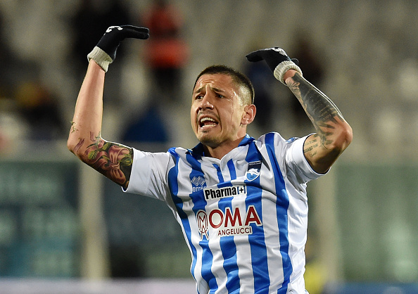PESCARA, ITALY - FEBRUARY 12:  Gianluca Lapadula of Pescara Calcio celebrates after scoring the goal 1-1 during the Serie B match between Pescara Calcio and Vicenza Calcio at Adriatico Stadium on February 12, 2016 in Pescara, Italy.  (Photo by Giuseppe Bellini/Getty Images)