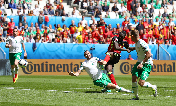 BORDEAUX, FRANCE - JUNE 18:  Romelu Lukaku of Belgium scores his team's first goal during the UEFA EURO 2016 Group E match between Belgium and Republic of Ireland at Stade Matmut Atlantique on June 18, 2016 in Bordeaux, France.  (Photo by Ian Walton/Getty Images)