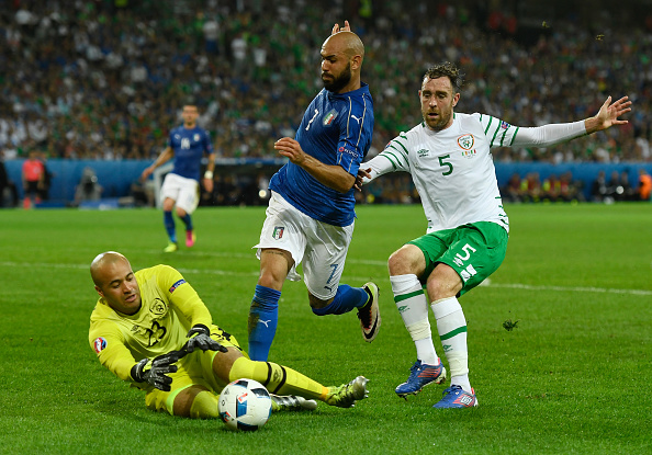LILLE, FRANCE - JUNE 22:  Darren Randolph (L) of Republic of Ireland catches the ball during the UEFA EURO 2016 Group E match between Italy and Republic of Ireland at Stade Pierre-Mauroy on June 22, 2016 in Lille, France.  (Photo by Mike Hewitt/Getty Images)