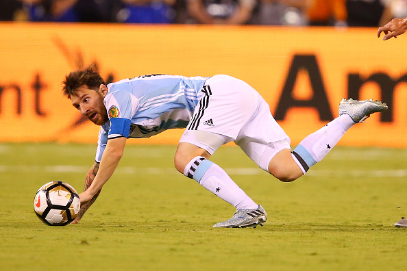 EAST RUTHERFORD, NJ - JUNE 26: Lionel Messi #10 of Argentina is tripped up by Mauricio Isla #4 of Chile during the Copa America Centenario Championship match at MetLife Stadium on June 26, 2016 in East Rutherford, New Jersey. Chile defeated Argentina 4-2 in penalty kicks. (Photo by Mike Stobe/Getty Images)