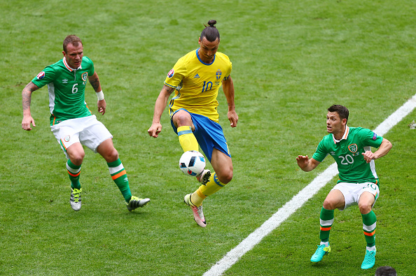 PARIS, FRANCE - JUNE 13:  Zlatan Ibrahimovic (C) of Sweden controls the ball under pressure of Glenn Whelan (L) and Wes Hoolahan (R) of Republic of Ireland during the UEFA EURO 2016 Group E match between Republic of Ireland and Sweden at Stade de France on June 13, 2016 in Paris, France.  (Photo by Clive Rose/Getty Images)