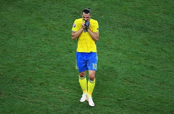 NICE, FRANCE - JUNE 22:  A dejected Zlatan Ibrahimovic of Sweden leaves the field after defeat in the UEFA EURO 2016 Group E match between Sweden and Belgium at Allianz Riviera Stadium on June 22, 2016 in Nice, France.  (Photo by Laurence Griffiths/Getty Images)