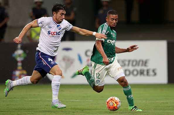 SAO PAULO, BRAZIL - MARCH 09:  Gabriel Jesus (R) of Palmeiras fights for the ball with Jorge Fucile (L) of Nacional during a match between Palmeiras and Nacional as part of Group 2 of Copa Bridgestone Libertadores at Allianz Parque on March 9, 2016 in Sao Paulo, Brazil.  (Photo by Friedemann Vogel/Getty Images)