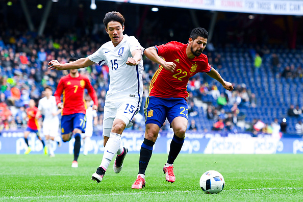 SALZBURG, AUSTRIA - JUNE 01:  Manuel Agudo 'Nolito' of Spain competes for the ball with Jeongho Hong of Korea during an international friendly match between Spain and Korea at the Red Bull Arena stadium on June 1, 2016 in Salzburg, Austria.  (Photo by David Ramos/Getty Images)