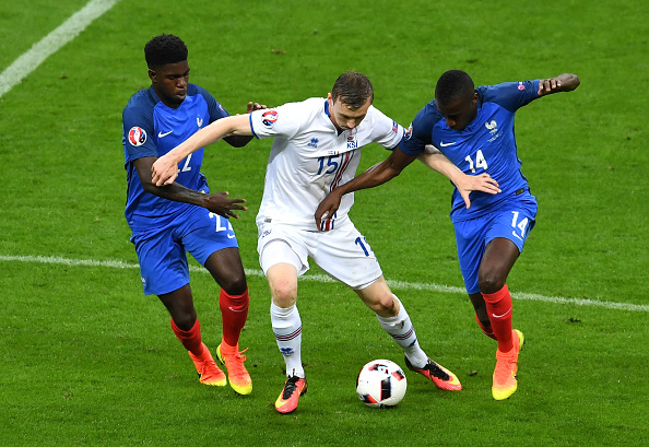 PARIS, FRANCE - JULY 03: Jon Dadi Bodvarsson (C) of Iceland competes against Samuel Umtiti (L) and Blaise Matuidi (R) of France  during the UEFA EURO 2016 quarter final match between France and Iceland at Stade de France on July 3, 2016 in Paris, France.  (Photo by Michael Regan/Getty Images)