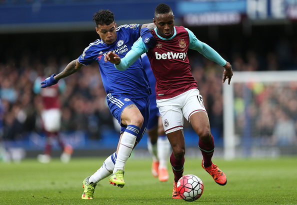 LONDON, ENGLAND - MARCH 19:  Diafra Sakho of West Ham United and Kenedy of Chelsea compete for the ball during the Barclays Premier League match between Chelsea and West Ham United at Stamford Bridge on March 19, 2016 in London, United Kingdom.  (Photo by Alex Morton/Getty Images)