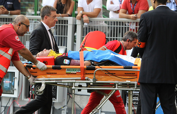 MILAN, ITALY - SEPTEMBER 11:  Luca Antonelli of AC Milan is helped from the pitch after sustaining an injury during the Serie A match between AC Milan and Udinese Calcio at Stadio Giuseppe Meazza on September 11, 2016 in Milan, Italy.  (Photo by Marco Luzzani/Getty Images)