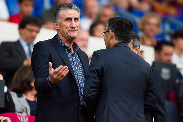 BARCELONA, SPAIN - AUGUST 10: Head Coach Edgardo Bauza (L) of Argentinian National Team speaks to President Josep Maria Bartomeu (R) of FC Barcelona before the Joan Gamper trophy match between FC Barcelona and UC Sampdoria at Camp Nou on August 10, 2016 in Barcelona, Spain. (Photo by Alex Caparros/Getty Images)