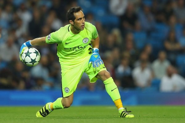MANCHESTER, ENGLAND - SEPTEMBER 14: Claudio Bravo of Manchester City rolls the ball out during the UEFA Champions League match between Manchester City FC and VfL Borussia Moenchengladbach at Etihad Stadium on September 14, 2016 in Manchester, England.  (Photo by Richard Heathcote/Getty Images)