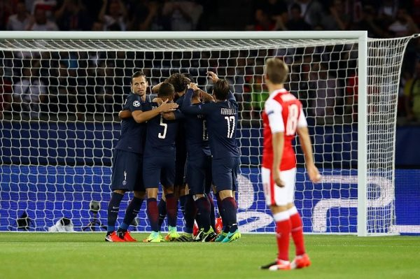 PARIS, FRANCE - SEPTEMBER 13: Edinson Cavani of PSG celebrates with team mates after scoring his sides first goal  during the UEFA Champions League Group A match between Paris Saint-Germain and Arsenal FC at Parc des Princes on September 13, 2016 in Paris, France.  (Photo by Julian Finney/Getty Images)
