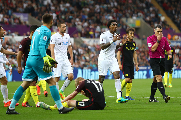 SWANSEA, WALES - SEPTEMBER 24: Leroy Fer of Swansea City (C) argues with referee Neil Swarbrick after he awarded Manchester City a penalty for a foul on Kevin De Bruyne of Manchester City  during the Premier League match between Swansea City and Manchester City at the Liberty Stadium on September 24, 2016 in Swansea, Wales.  (Photo by Michael Steele/Getty Images)