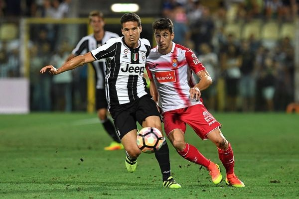 MODENA, ITALY - AUGUST 13:  Anderson Hernanes (L) of FC Juventus is challenged during the Pre-Season Friendly match between FC Juventus and Espanyol at Alberto Braglia Stadium on August 13, 2016 in Modena, Italy.  (Photo by Valerio Pennicino/Getty Images)