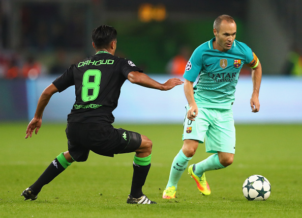 MOENCHENGLADBACH, GERMANY - SEPTEMBER 28:  Andres Iniesta of Barcelona runs with the ball under pressure from Mahmoud Dahoud of Borussia Moenchengladbach  during the UEFA Champions League group C match between VfL Borussia Moenchengladbach and FC Barcelona at Borussia-Park on September 28, 2016 in Moenchengladbach, North Rhine-Westphalia.  (Photo by Dean Mouhtaropoulos/Bongarts/Getty Images)