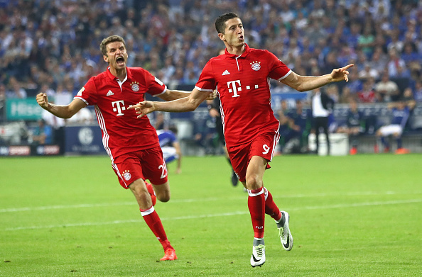 GELSENKIRCHEN, GERMANY - SEPTEMBER 09:  Robert Lewandowski of Bayern Muenchen celebrates with Thomas Mueller of Bayern Muenchen after scoring his sides first goal during the Bundesliga match between FC Schalke 04 and Bayern Muenchen at Veltins-Arena on September 9, 2016 in Gelsenkirchen, Germany.  (Photo by Alex Grimm/Bongarts/Getty Images)