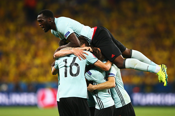 NICE, FRANCE - JUNE 22:  Romelu Lukaku of Belgium celebrates with team-mates the goal scored by Radja Nainggolan of Belgium during the UEFA EURO 2016 Group E match between Sweden and Belgium at Allianz Riviera Stadium on June 22, 2016 in Nice, France.  (Photo by Alex Livesey/Getty Images)