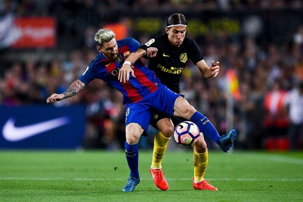 BARCELONA, SPAIN - SEPTEMBER 21:  Lionel Messi of FC Barcelona competes for the ball with Filipe Luis of Club Atletico de Madrid during the La Liga match between FC Barcelona and Club Atletico de Madrid at the Camp Nou stadium on September 21, 2016 in Barcelona, Spain.  (Photo by David Ramos/Getty Images)