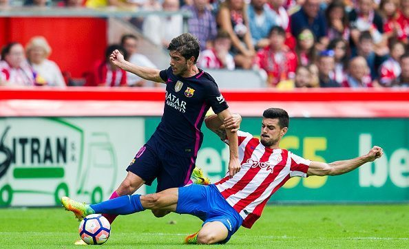 GIJON, SPAIN - SEPTEMBER 24:  Sergi Roberto Carnicer of FC Barcelona duels for the ball with Sergio Alvarez of Real Sporting de Gijon during the La Liga match between Real Sporting de Gijon and FC Barcelona at Estadio El Molinon on September 24, 2016 in Gijon, Spain.  (Photo by Juan Manuel Serrano Arce/Getty Images)