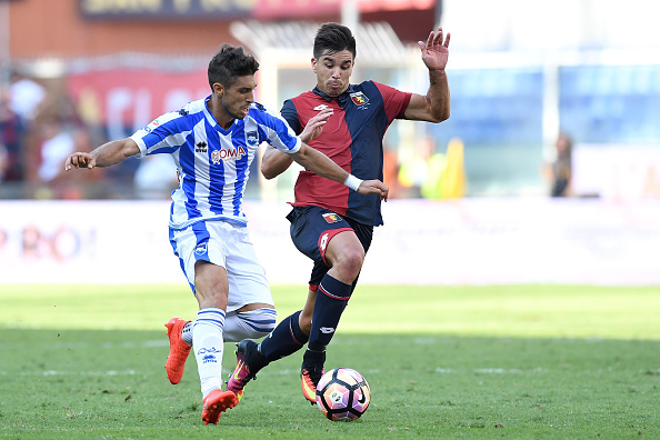GENOA, ITALY - SEPTEMBER 25:  Giovanni Simeone (R) of Genoa CFC competes with Gaston Brugman of Pescara Calcio during the Serie A match between Genoa CFC and Pescara Calcio at Stadio Luigi Ferraris on September 25, 2016 in Genoa, Italy.  (Photo by Valerio Pennicino/Getty Images)