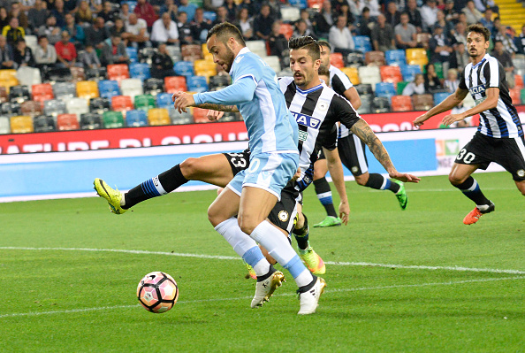 UDINE, ITALY - OCTOBER 01:  Panagiotis Kone (R) of Udinese Calcio competes with Felipe Anderson  of SS Lazio during the Serie A match between Udinese Calcio and SS Lazio at Stadio Friuli on October 1, 2016 in Udine, Italy.  (Photo by Dino Panato/Getty Images)